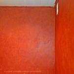 Ярко-красная штукатурка для санузла